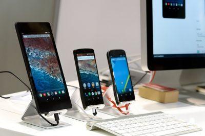 Smartphone, Computer und Tastatur