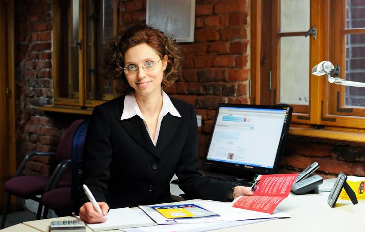 Versicherungsmaklerin Ines Kitzler erstellt ein Angebot für einen gewerblichen Mandanten