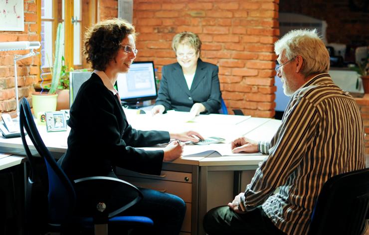 Persönliches Kundengespräch in der Versicherungsagentur Kiever
